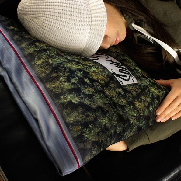 kobieta śpiąca na poduszce z marihuany