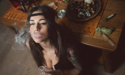 kobieta-pali-marihuanę-z-bonga