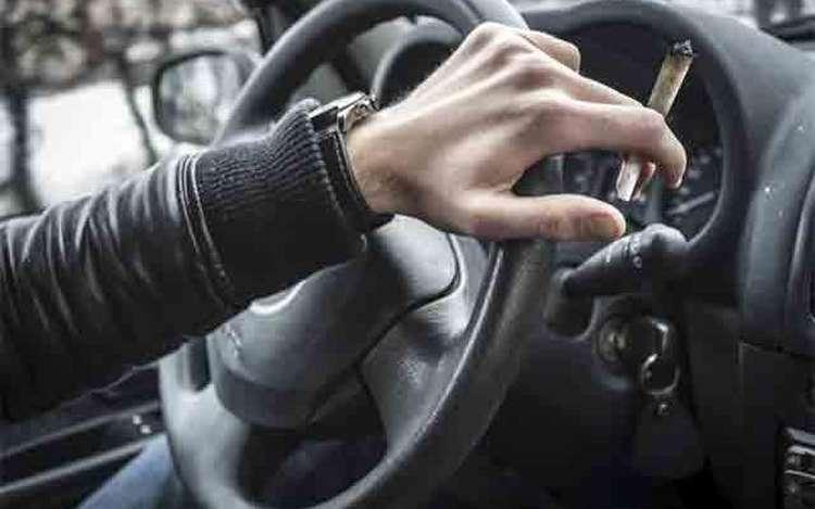 jazda samochodem podczas palenia jointa