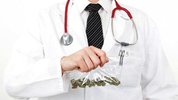 Lekarz z workiem marihuany