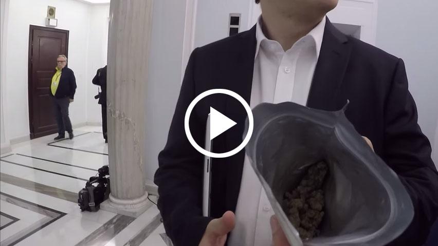 Poseł Andrzej Dołecki z medyczną marihuaną w sejmie RP