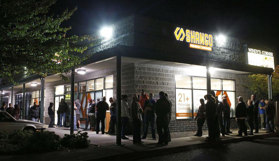 Jeszcze przed północą ustawiały się kolejki konsumentów, którzy chcieli kupić legalną marihuanę