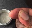 Młynek do marihuany i bakterie na rękach