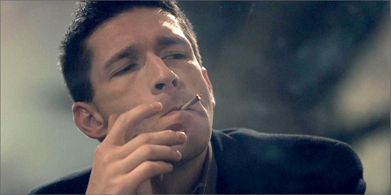 Ten facet zarabia paląc marihuanę