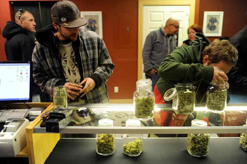 W Kalifornii już sprzedaje się legalną marihuanę - nielegalnie
