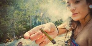 Nowe dane pokazują, że coraz więcej kobiet pali marihuanę