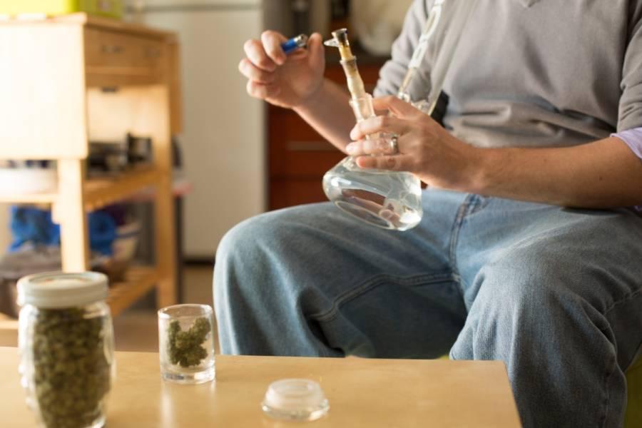 jak ludzie na świecie palą marihuanę