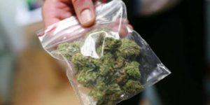 """Wrzucił na Facebooka zdjęcie marihuany z dopiskiem """"chodź i weź to"""". Został aresztowany"""