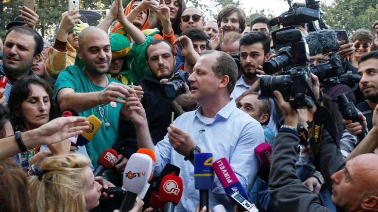 Kandydat na prezydenta Gruzji - Zurab Japaridze rozdał trzy jointy na festiwalu konopnym