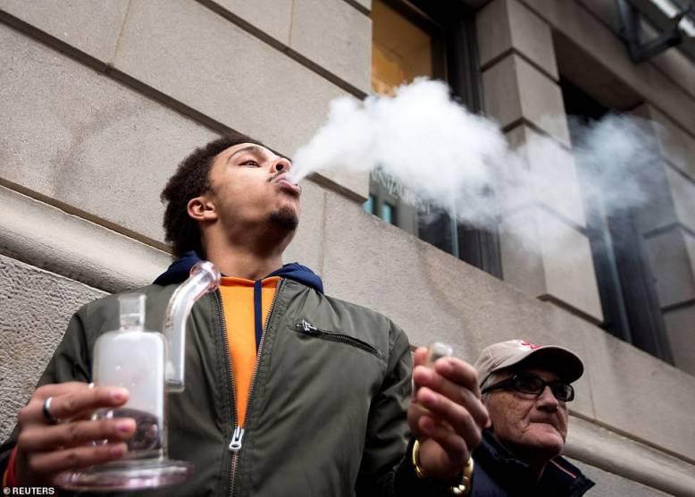 palenie-bongo-przed-sklepem-z-marihuana-w-Kanadzie.jpg
