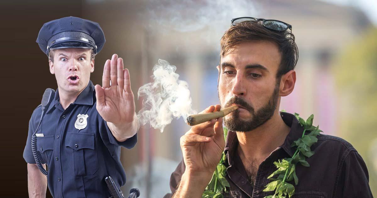 Mężczyzna zapalił we Wrocławiu jointa stojąc obok policjantów