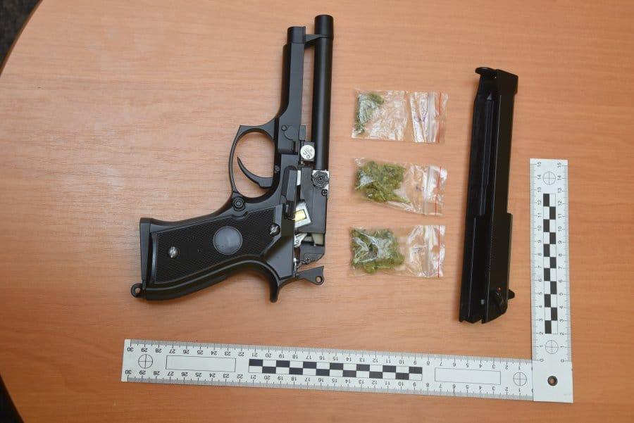 Marihuana ukryta w pistolecie na kulki