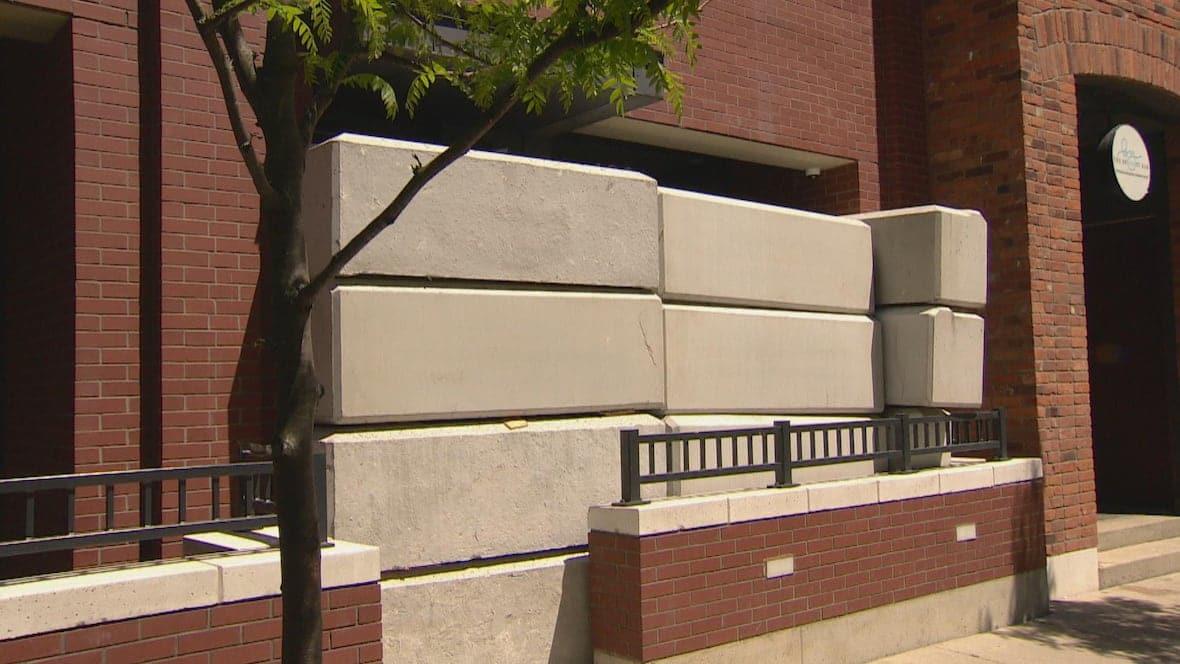 Cementowe Bloki przed nielegalnymi sklepami z marihuaną