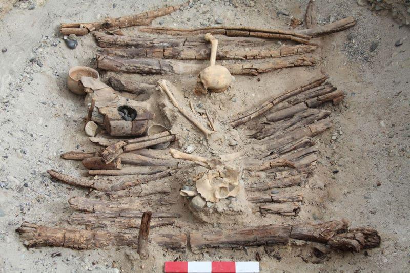 Starożytny pochówek, w którym archeolodzy znaleźli 2500 letnie bongo do palenia konopi